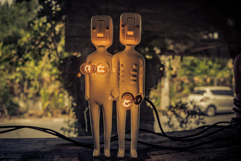Symbolbild Initimität, Metallfiguren, Credit: Michael Prewett, Unsplash