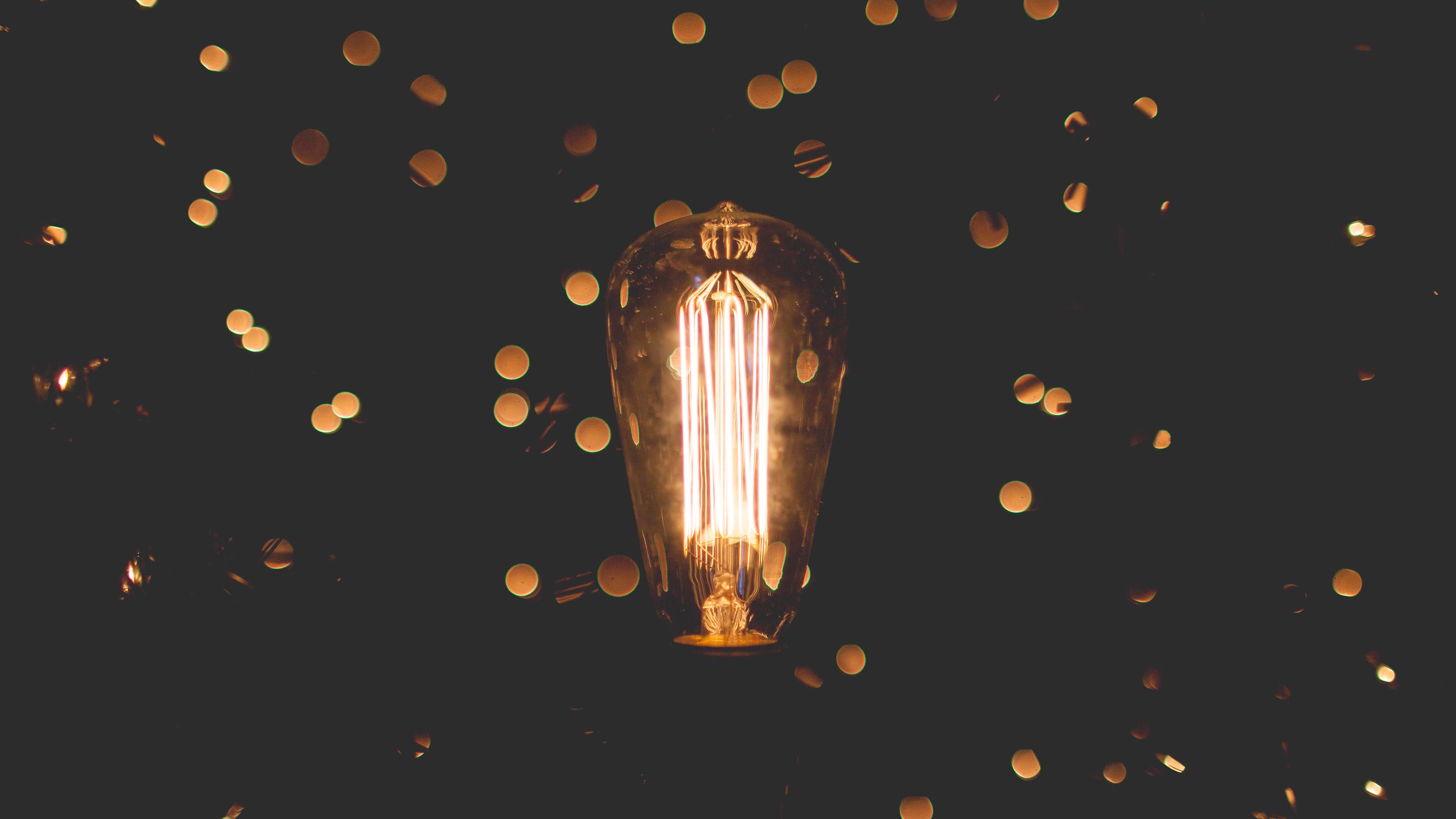 leuchtende Lampe vor schwarzem Hintergrund, Credit: Zach Lucero, Unsplash