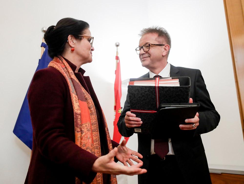 Brigitte Zarfl übergab Ressortagenden an den neuen Sozialminister Rudolf Anschober, Fotocredit:BKA/BMASGK