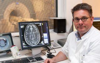 Privatdozent Dr. Mike Peter Wattjes bei der Auswertung einer Magnetresonanztomograf-Abbildung eines Gehirns. Credit: MH-Hannover