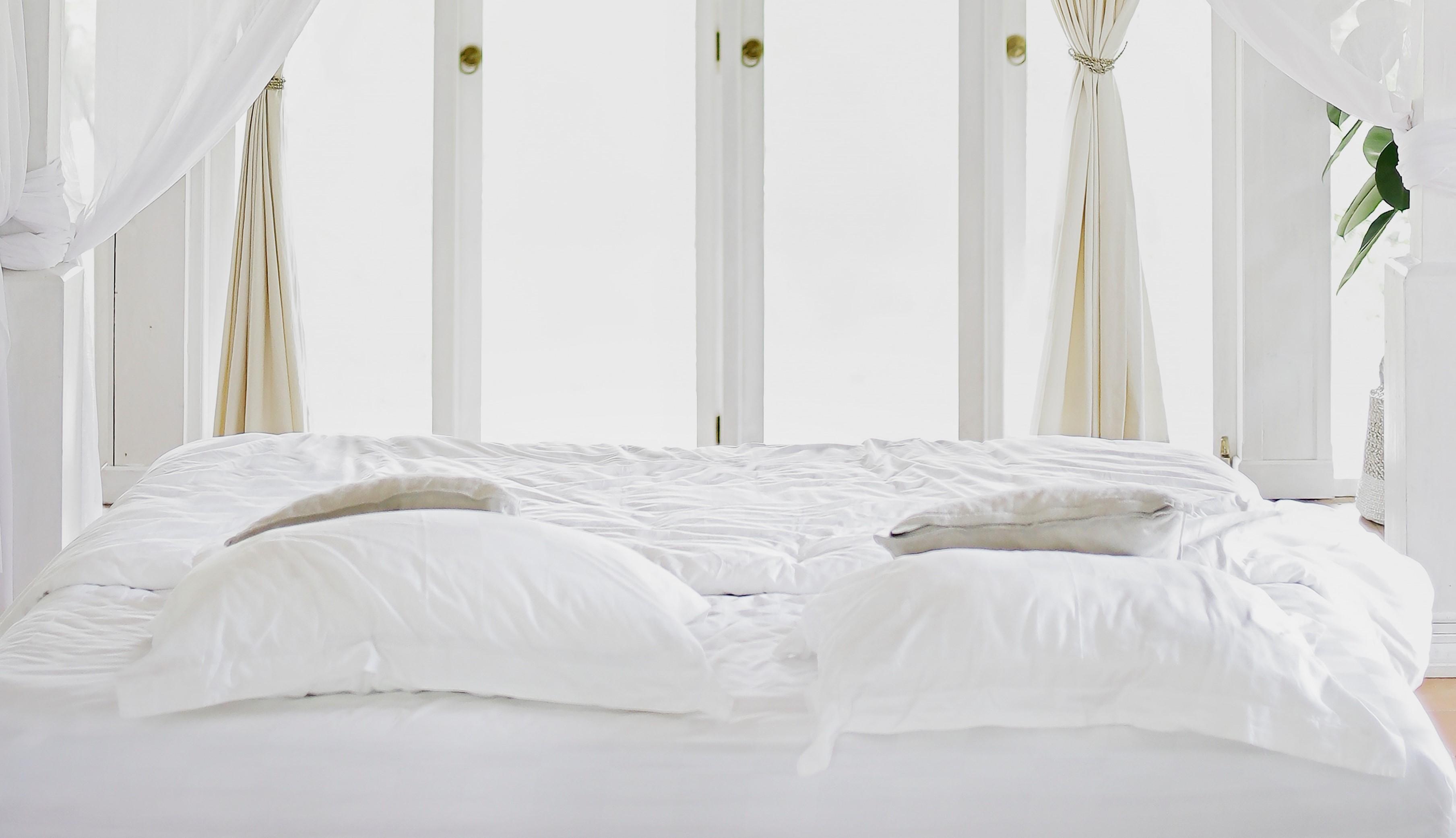 Bett mit weißer Bettwäsche, Credit: Unspalsh