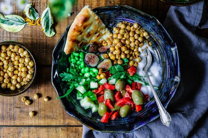 Symbolbild Ernährung: Teller mit Brot, Kichererbsen, Paprika, Oliven, Credit: Edgar Castrejon, Unsplash