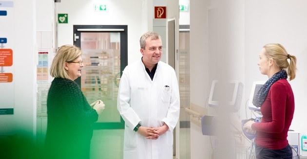 Prof. Dr. Judith Haas (DMSG), Prof. Dr. Tjalf Ziemssen (MS Zentrum) und Physiotherapeutin Katrin Trentzsch (MS Zentrum), © Stephan Wiegand, MF TUD