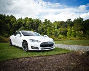 weißer Tesla, Photo by Matt Henry on Unsplash