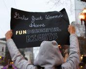 Schild mit Aufschrift: Frauen möchten fundamentale Rechte, Credit: lucia, Unsplash