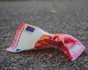 10 Euro-Schein liegt zerknüllt am Boden, Credit: Imelda, Unsplash