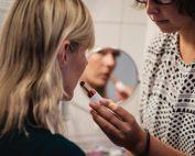 Frau mit Behinderung in Interaktion mit ihrer Assistentin, Bildnachweis: Andi Weiland | Gesellschaftsbilder.de