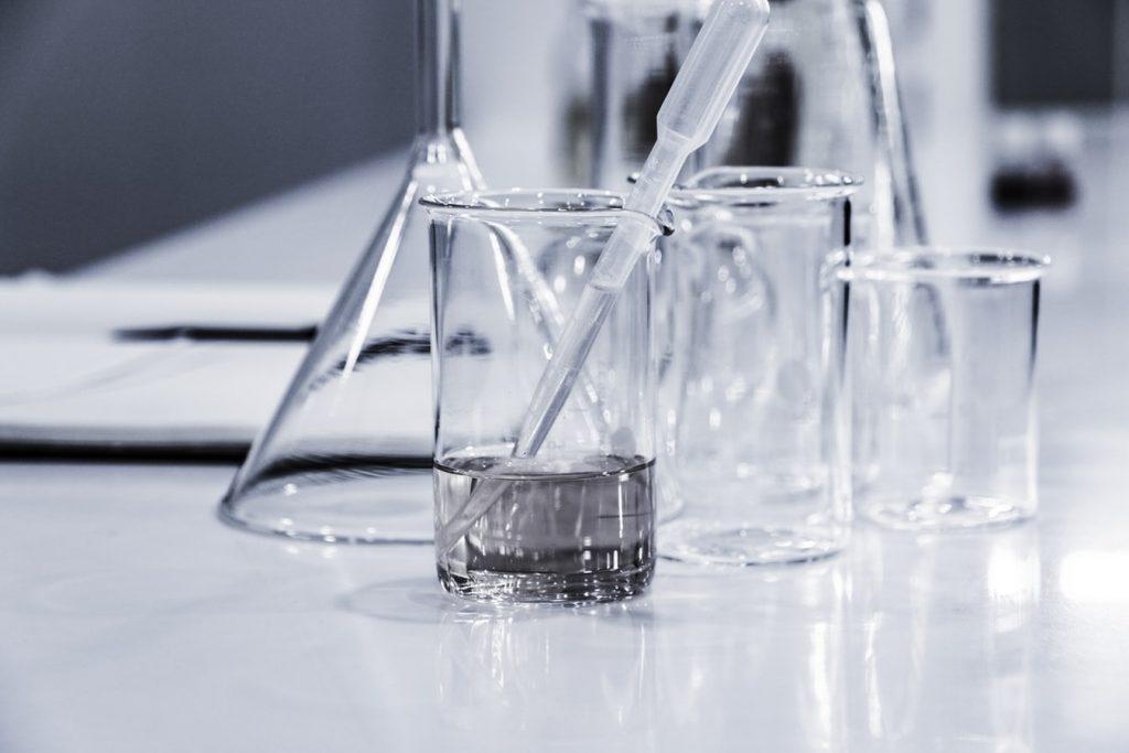 Symbolbild Forschung: Gläser mit Pipetten, Foto: Hans Reniers, Unsplash