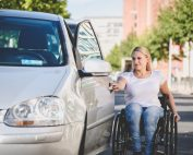 junge Frau mit Rollstuhl öffnet Autotüre, © visitBerlin, Bildnachweis: Andi Weiland