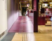 barrierefreies Gebäude mit weinroter Rampe und Blindenleitlinien, c) Visit Frankfurt, Andi Weiland | Gesellschaftsbilder.de