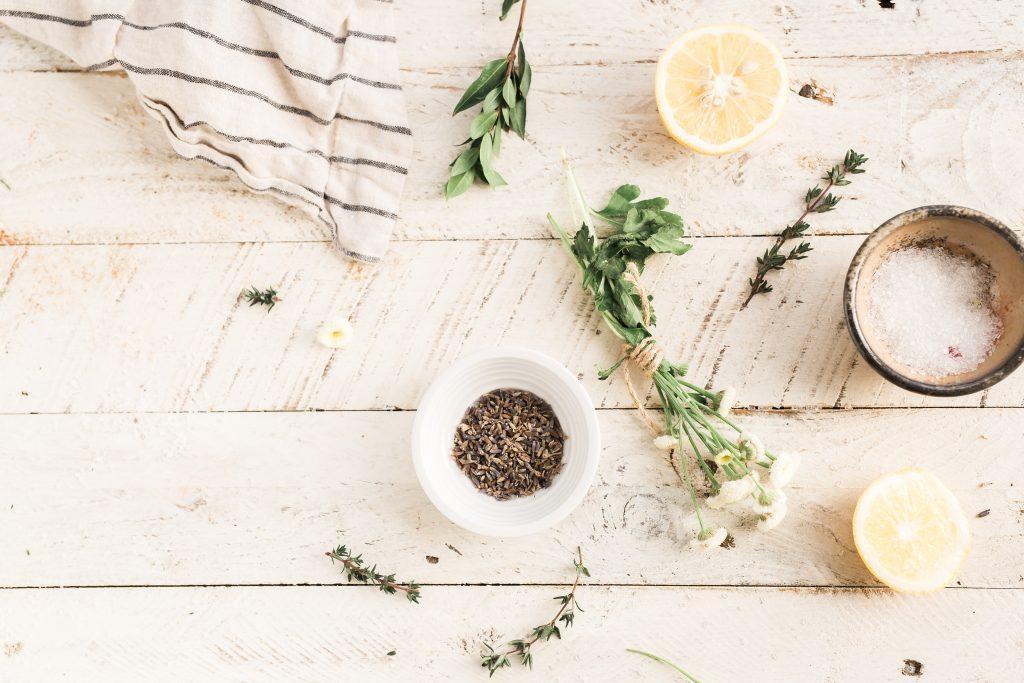 Symbolbild Aromatherapie: Kräuter und Zitronen auf einem Tisch, Credit: Brooke Lar, Unsplash
