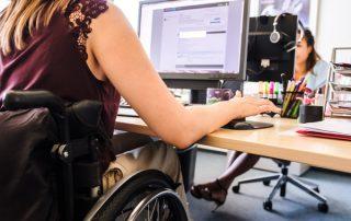 Frau im Rollstuhl arbeitet am PC, Bildnachweis: Andi Weiland | Boehringer Ingelheim, Gesellschaftsbilder.de