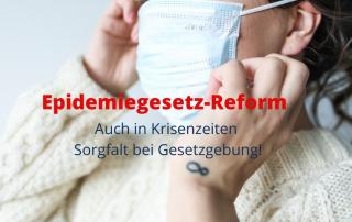 Nahaufnahme: Frau mit Gesichtsmaske, Text: Epidemiegesetz-Reform: Auch in Krisenzeiten Sorgfalt bei Gesetzgebung. Foto: https://www.pexels.com/@polina-tankilevitch