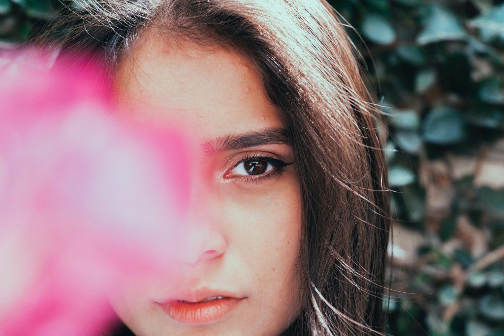 Nahaufnahme junge Frau mit teilweise verdecktem Gesicht, Photo by Shalom de León on Unsplash