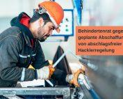 Arbeiter an der Werkbank. Text: Behindertenrat gegen geplante Abschaffung von abschlagsfreier Hacklerregelung. Credit: Canva