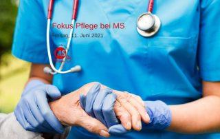 Pflegerin hält älterer Frau die Hand. Text: Fokus Pflege bei MS. Credit: Canva