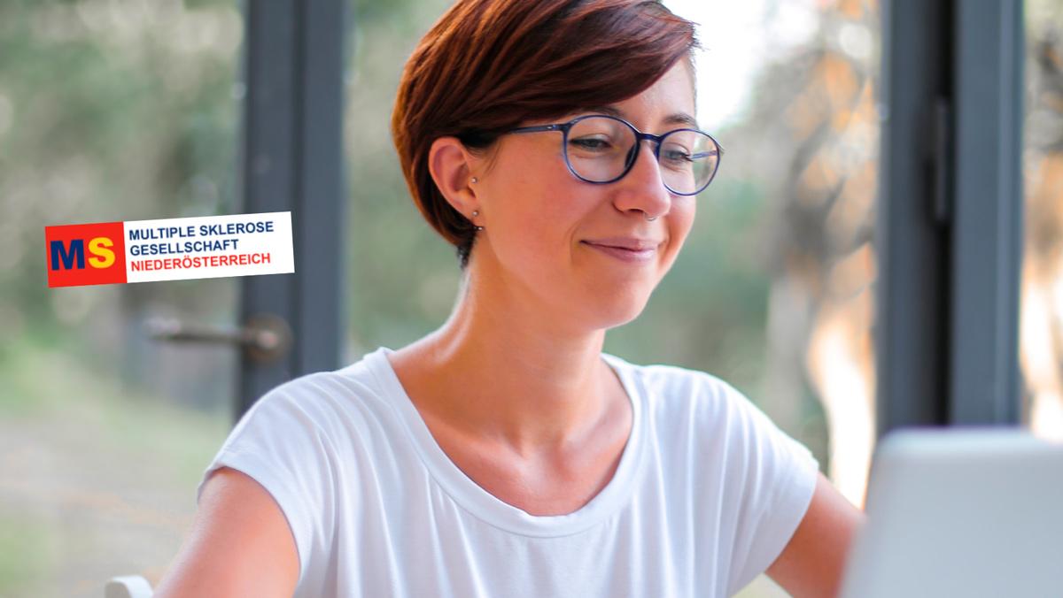 Frau vor PC mit Logo der MS-Gesellschaft Niederösterreich, Credit: Canva
