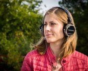 Frau mit Kopfhörern im Freien. Credit: Blaz Erzetic, Unsplash