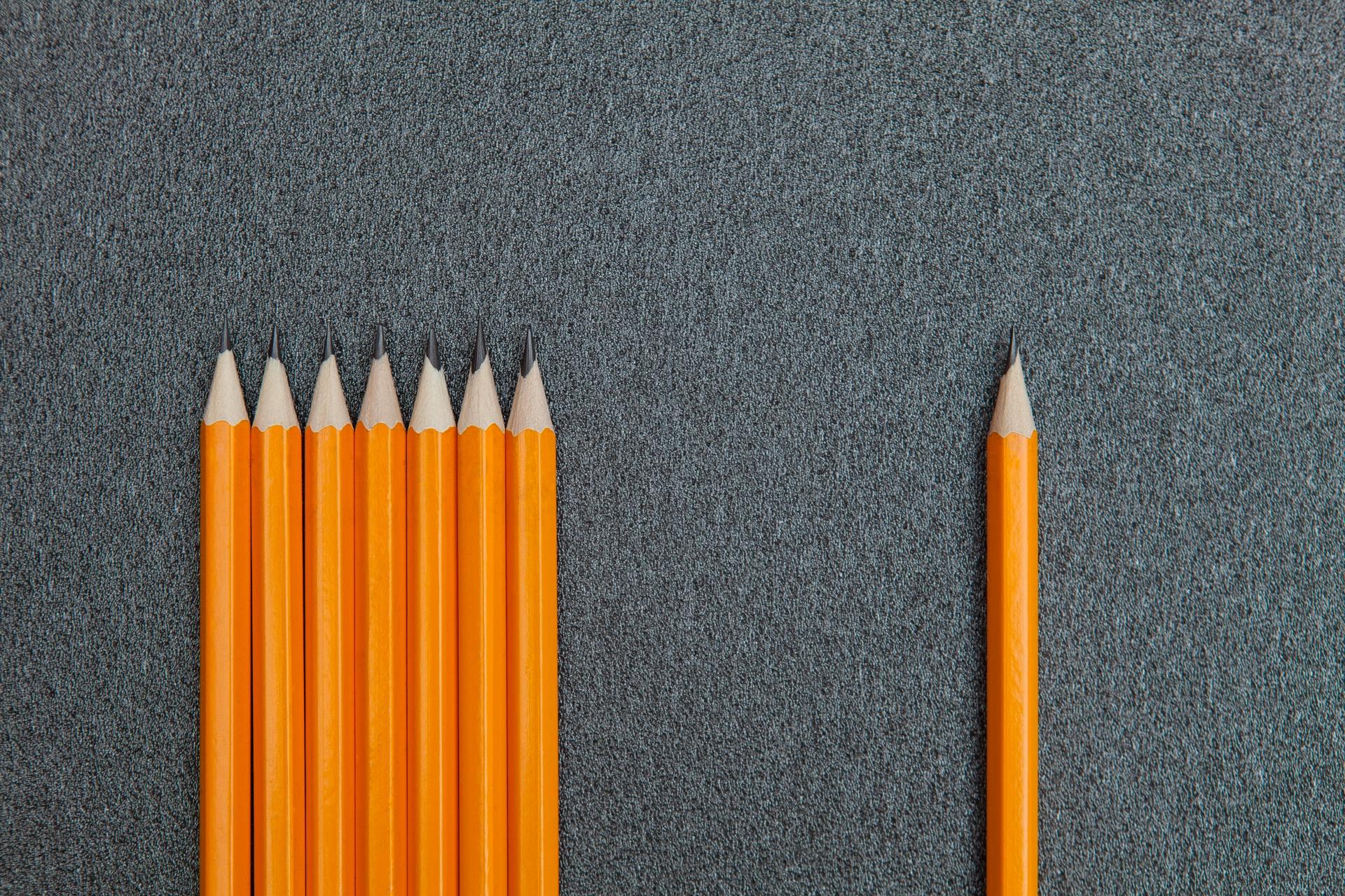 7 Bleistifte links, 1 Bleistift recht, Photo by Frank Vessia on Unsplash