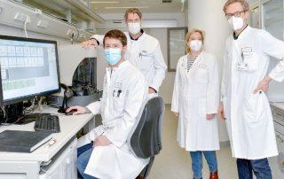 Im Bild: Dr. Andreas Schulte-Mecklenbeck, Klinikdirektor Prof. Heinz Wiendl, Dr. Catharina Groß und Dr. Gerd Meyer zu Hörste (v.l.) im Labor der Klinik für Neurologie, Foto: WWU - E. Deiters-Keul