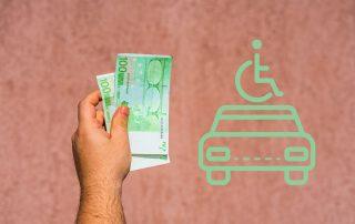 männliche Hand hält 200 Euro, daneben Illustration Auto, darüber Mensch im Rollstuhl, Credit: Canva
